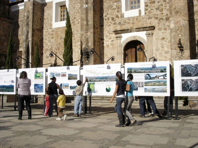 Exhibition of project presentation boards in the plaza of the town of Tapalpa.